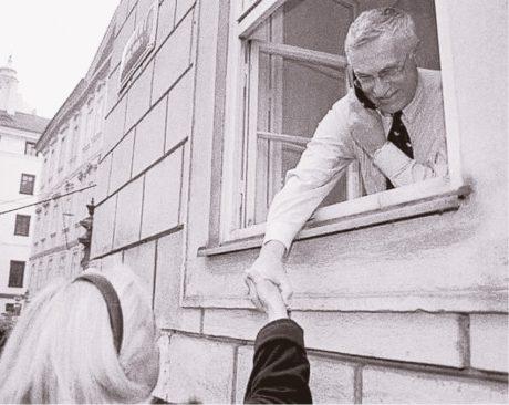 Václav Klaus přijímá podporu v době tzv. sarajevského atentátu