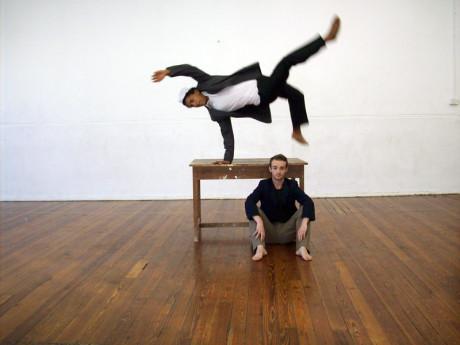 Tančí, zpívá, nejtěžší artistní prvky provádí s lehkostí šelmy.