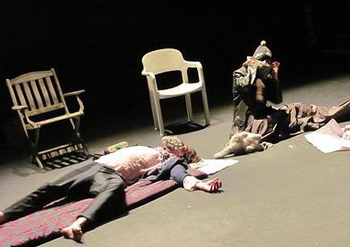 V inscenaci  se totiž sejde dvojice bezdomovců Bobo a Bibi, jejichž tváře jsou skryty bizarně bujným vousem. FOTO archiv souboru