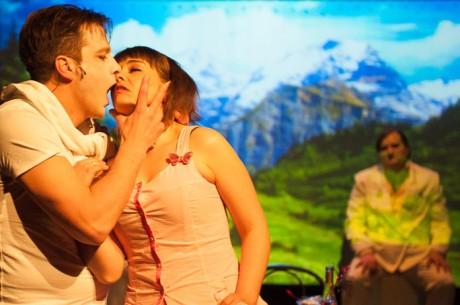 Už zhruba v polovině představení jsem si uvědomil, že mé dojmy jsou výrazně ambivalentní - Princ – Horal (Václav Vašák) a Já (Pavla Beretová) na pozadí Horské krajiny. Foto ALEXANDR HUDEČEK