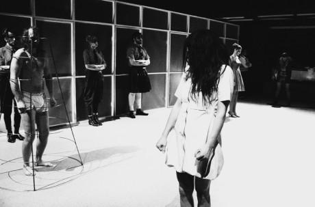 Elektra v bílých šatičkách a bílých cvičkách nevinně capá. FOTO archiv festivalu