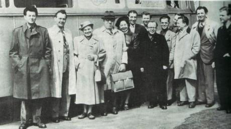Soubor Divadla S+H na zájezdu v roce 1954. Miloš Kirschner je první zleva. FOTO archiv Profiloutkari.org