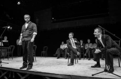 Konferenciér řekne do mikrofonu: Zprava dveřmi přichází Vasilij Žadov. Podsaditý herec kulaté tváře, s málo vlasy na hlavě se přišourá i se svou židlí. Začíná herecký dialog.
