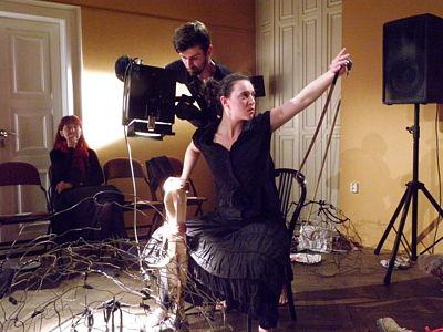 Manžel paní Evy montoval kameru na stojan a pak zuřivě na opěradlo židle stojící proti mé připevňoval páskou mikrofon. FOTO JIŘÍ P. KŘÍŽ
