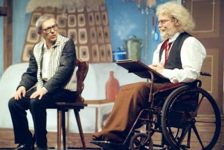 S Miloněm Čepelkou jako principál a zvědavý invalida Karásek ve hře Divadla Járy Cimrmana Záskok. FOTO TOMÁŠ TUREK