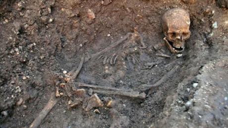 Britští archeologové pod parkovištěm Grey Friars v anglickém Leicesteru našli loni v září kosterní ostatky z 15. století, které by mohly patřit Richardovi III. Vykazovaly panovníkovy fyzické rysy a našly se na místě někdejšího františkánského kostela, v jehož hrobce byl podle současných poznatků král pohřben. ostra byla podrobena řadě testů, včetně analýzy DNA. Analýza radiokarbonovou metodou potvrdila, že nalezená kostra patřila 32letému muži, který žil mezi lety 1455 až 1540. Byl vysoký 173 centimetrů, což na svou dobu bylo poměrně dost. Kostra ovšem byla poznamenána skoliózou. Dobové prameny i Shakespeare zdůrazňovaly právě Richardovu deformovanou postavu. Vědci také představili Richardovu lebku, která je vzhledem k době, jakou ležela pod zemí, poměrně zachovalá. Zkoumání také odhalilo deset zranění, z toho osm na hlavě. Richard III. je utrpěl v bitvě a zřejmě i po smrti, kdy vítězové jeho mrtvolu zohavili. Analýza také potvrdila, že ostatky měly subtilní kosti, což odpovídá dobovým líčením Richardovy křehké postavy. FOTO archiv
