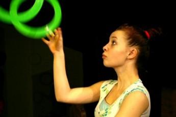 S koníčkem přes hory a doly. Pohádka Evy Tálské plná žonglování a akrobatických kousků. FOTO Divadlo Polárka Brno