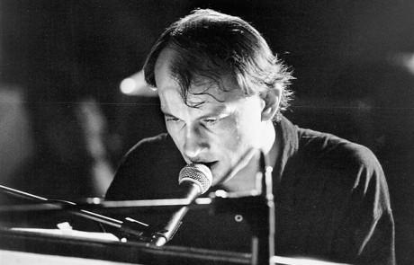 Ve své nejznámější podobě - jako uměnutě zaujatý klavírista a zpěvák Psích vojáků (90. léta). FOTO archiv