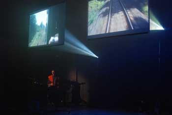 Instalace vychází z projektu skupiny Handa Gote Trains z roku 2005. Prvotní inspirace se odvíjí od skřípavých zvuků brzd a nápisů na rezavých vagónech. Atmosféra jiného času otištěná ve starých venkovských nádražích a rozpadajícím se rezavém šrotu se v projektu Trains přetavila do abstraktního industriálního obrazu. FOTO archiv festivalu