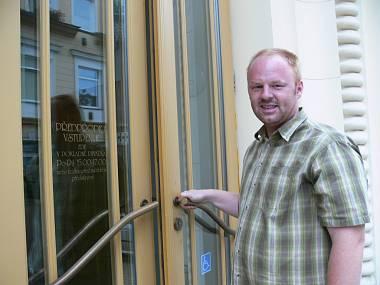 René Sviderski před vchodem do Šumperského divadla. FOTO STANISLAVA RYBIČKOVÁ