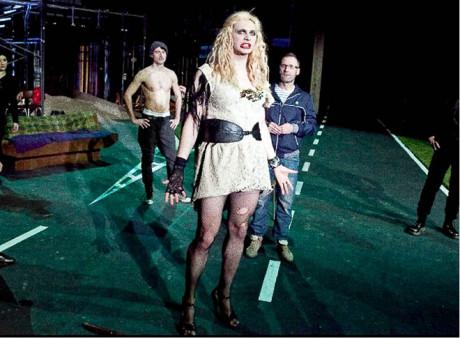 Vinscenaci se používá gayského tématu především jako modelového příkladu fungování současné polské společnosti (P. Demirski: Duhová tribuna, r. Monika Strzępkowa, 5. 3. 2011, Teatr Polski Wrocław) FOTO NATALIA KABANOW
