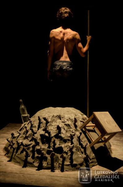 Jako první jsme mohli v Eliadově knihovně Divadla Na zábradlí navštívit autorskou performanci mladého slovinského loutkáře Miha Bezeljaka Moz, ki je sadil drevesa (Muž, který sázel stromy). FOTO MARKO ZAKOPANEC