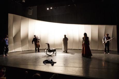 Představení se odvíjí v pomalém tempu, jednotlivé děje se odehrávají na prázdné scéně plynule po sobě. FOTO