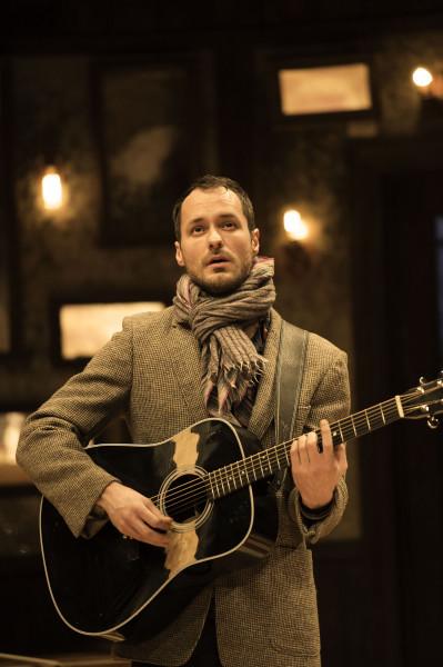 Declan Bennett (Guy) v muzikálu Once. FOTO MANUEL HARLAN