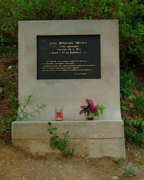 JUDr. Bohumil Hrabal - český spisovatel narozen 28. 3. 1914 v domě č. 47 na Balbínově ulici. (Pomník v Brně-Židenicích) FOTO archiv