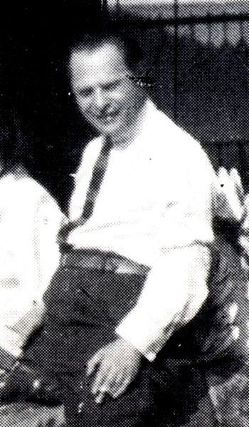 Leo Birinski na výřezu z fotografie tvůrců filmu Das Wachsfigurenkabinett (asi 1923). Zdroj Bock Hans-Michael: Paul Leni – Graphik Theater Film; Schriftenreihe des Deutschen Filmmuseums, Frankfurt am Main, 1986
