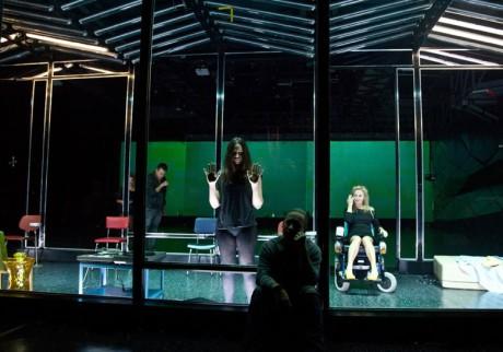 Mezi postavami dominuje Halina Rasiakówna, označená jako Maud Voss. Jezdí na kolečkovém křesle, ale v jednu chvíli náhle vstane a chodí. FOTO
