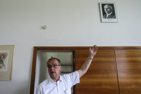 S sebou domů si Kalousek bere portrét Aloise Rašína. Když sundával portrét Václava Klause, byl to prý jediný státník a zároveň ministr financí, kterého mohl na jeho místo pověsit. FOTO VOJTĚCH MAREK