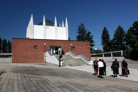 Brněnské krematorium. Architekt Ernst Wiesner je v letech 1925–30 postavil z neomítnutých cihel a na střechu mu dal čtrnáct špičatých sloupů mířících k nebi. FOTO archiv Poznej Brno
