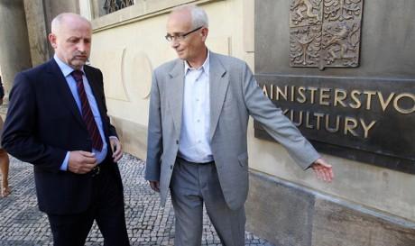 Jiří Balvín s Janem Burianem před vchodem do budovy MK. FOTO MICHAL ŠULA