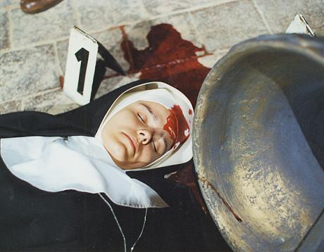 """V kapli kláštera Boromejek je uvolněným zvonem zabita mladá sestra. Mezi podezřelými je především její bratr. Podaří se praporčíkovi Arazímovi a jeho """"pátračce"""" zhýralého pachatele usvědčit, nebo vraždu spáchal někdo jiný? (1997). FOTO archiv ČT"""