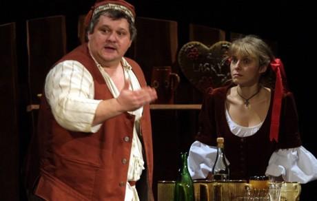 Jiří Kopta (a Jana Nováková) na generálce inscenace Divotvorný klobouk v Západočeském divadle v Chebu v roce 2002. FOTO MARTIN STOLAŘ