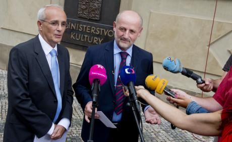 Ředitel Národního divadla Jan Burian (vlevo) a ministr kultury Jiří Balvín vystoupili 9. srpna v Praze na briefingu po společném jednání. FOTO VÍT ŠIMÁNEK