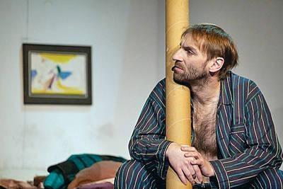 """Vpravo se nachází ložnice, kde se postavy doslova válí v posteli, hlavně """"umělec"""" Stomil /Dariusz Starczewski/. Stále v pyžamu a s rozhalenou hrudí. FOTO archiv"""