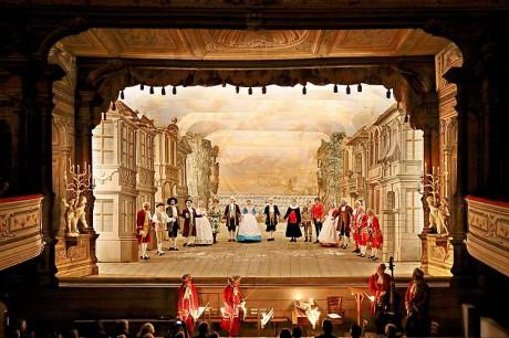 Potvrdilo se, že už od Moliérových dob barokní svícení s pastelovou barevností komediím sluší. FOTO archiv autora