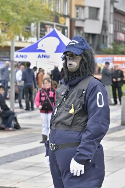 Třešinkou na dortu druhého festivalového dne bylo nevšední prolínání finské gorilí pouliční policie, která zasahovala kolem poledne na Masarykově náměstí, a předvolebního mýtinku nové politické strany. FOTO MICHAL DRTINA