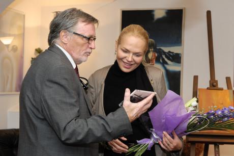 Petr Duhan předává Dagmar Havlové CD s nahrávkou. FOTO KHALIL BAALBAKI