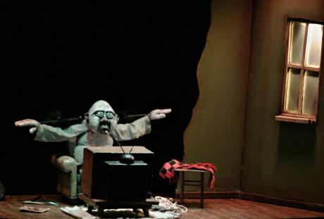 Osamělý diváka televize, který se nechá strhnout nejen pořadem Cvičme v rytme, ale také fotbalovým zápasem a v neposlední řadě porno filmem (Clown´s houses souboru Merlin Puppet Theater z řeckých Athén). FOTO MICHAL DRTINA