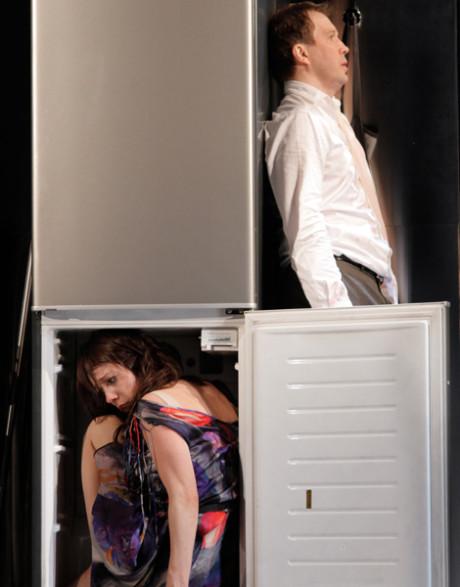 """Vynikající nápad se zavřením té druhé, """"lidské slepice"""", do ledničky - Slečna Julie Státního divadla národů Moskva. FOTO archiv festivalu"""