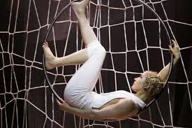 Vrcholné, nádherné a elegantní číslo artistky v zavěšené kovově lesklé obruči. FOTO archiv souboru