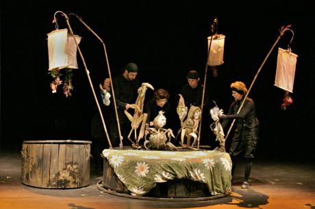 Představení Peter Pan je nabušené energií herců, přeplněné různorodými loutkami, nápady i prostředími. FOTO MICHAL DRTINA