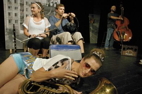 představení se odehrálo ve Škodě 120 L, s níž vyrazil Antonín Kroupa z Dolní Mokré hledat smysl života. FOTO MICHAL DRTINA