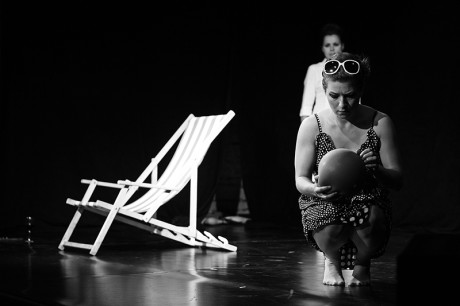 Teatr Sztuka Ciała a jejich plážový výstup