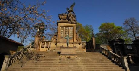 Slavín a Vyšehradský hřbitov s hroby slavných. FOTO OSKAR EXNER