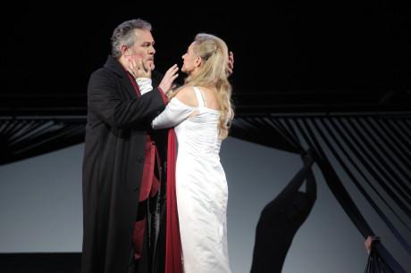 """Holanďan (Fran Blees) v operní """"akci"""" se Sentou (Szilvia Rálik), Foto Jana Hallová"""