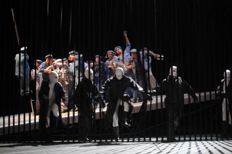 Výtvarně místy působivé, jenže divadlo není sled krásných obrazů. Vlevo vzadu začíná další šplh o tyči Petr Levíček. Foto Jana Hallová.