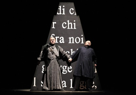 Jiří Sulženko (Fiesco) a Luis Cansino (Boccanegra) v dramatickém závěru opery. Foto Hana Smejkalová