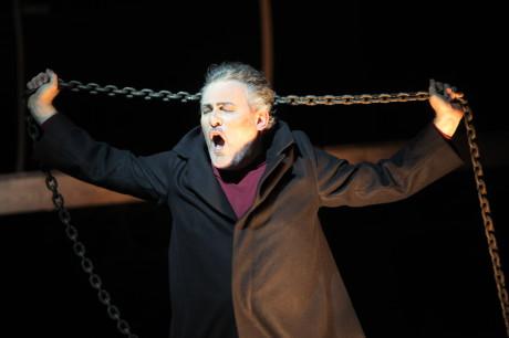 Holanďan (Frank Blees) dramaticky zvedá řetěz, předtím tak učinil Daland. Proč? Víc se s řetězem nehraje. Foto Jana Hallová.