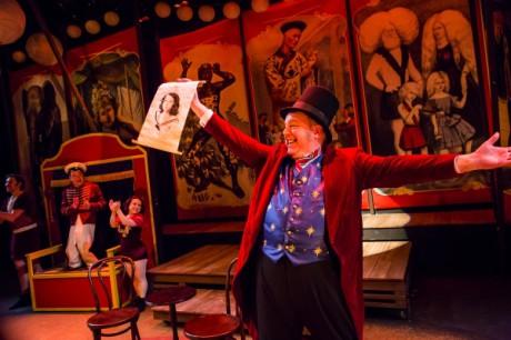 Geoff Kanick, Sam Dinkowitz, ElizaBeth Houghton, Gray Eubank v inscenaci Portůland repertory Theatre Zhe Lost boy, která se účastnila i letošního  Fertile Ground Festivalu v New Yorku. FOTO OWEN CAREY