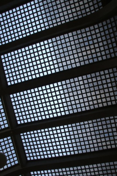 Zvednete-li v pasáži oči, uvidíte nádherný strop dvorany - sklobetonovou klenbu. FOTO archiv