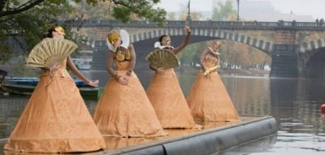Desítky lidí v sobotu přes deštivé počasí přišly na Žofín, kde byl před večerním zahájením festivalu Zlatá Praha připraven taneční a hudební program pro celou rodinu. FOTO archiv ZP