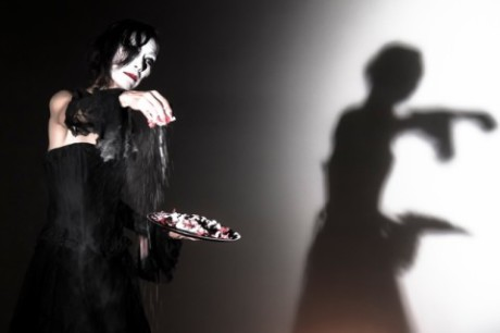 Černá barva proti morbidní bělobě pleti prohlubovala svou čerň a vtahovala do zakázaného hájemství. FOTO archiv