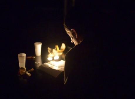 Pak se někdo zdvihl z postele, šel ke stolu uprostřed a zapálil několik tam stojících svíček, sedl si a cosi předčítal. FOTO archiv festivalu
