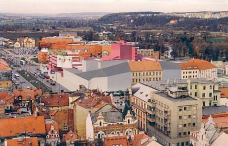 """Digitální """"zasazen9 nového divadla do plzeňského panoramatu. Repro archiv"""