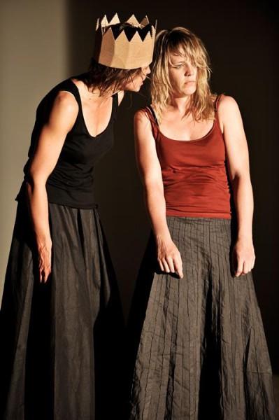 Susanne Wolff (Kreon) a Katharina Marie Schubert (Antigona) v závěrečné fázi trilogie. FOTO archiv