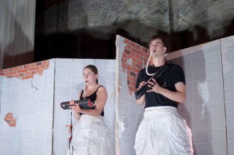 Julieta a Romio v bílých papírových sukních a jejich finální dvojsólo. FOTO PAVEL MATOUŠEK